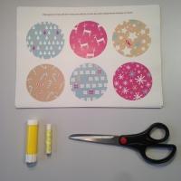 Des boules de Noël en papier à customiser - Image n°1