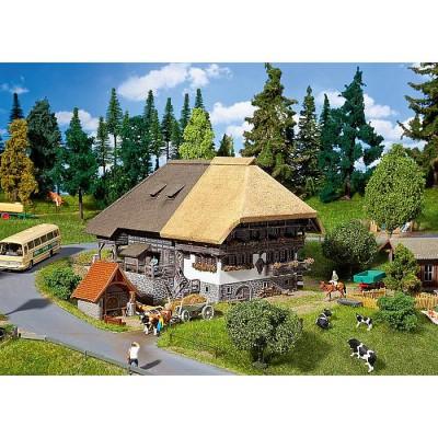 Modélisme HO : Cour de Forêt-Noire avec toit en paille - Faller-130534