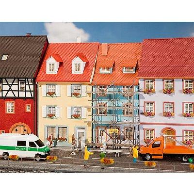 Modélisme HO : 2 maisons de petite ville avec échafaudage de peinture - Faller-130494