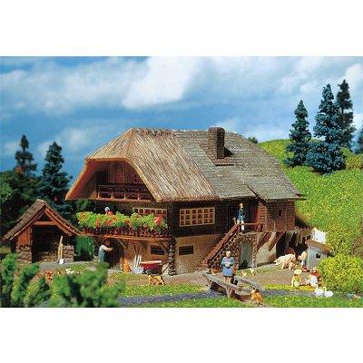 Modélisme HO : Faller Hobby : Ferme de la Forêt Noire avec toit en chaume - Faller-131290