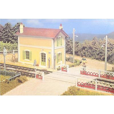 Modélisme ferroviaire HO : Maison de garde-barrières avec passage à niveau - MKD-MK530