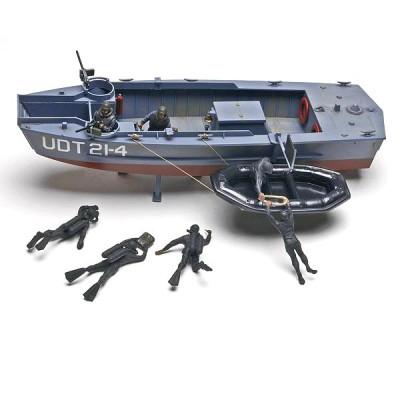 Maquette bateau : UDT Boat avec figurines hommes grenouilles - Revell-85-10313