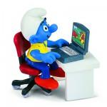 Figurine Schtroumpf avec ordinateur portable