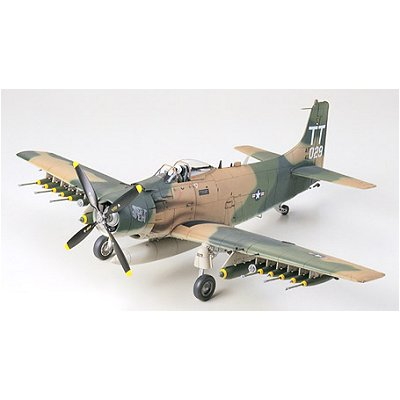Maquette avion: Douglas A-1J Skyraider U.S. Air Force - Tamiya-61073